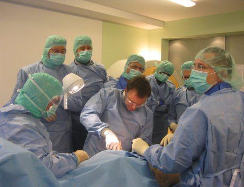 Dr. Demhartner als Instruktor beim 8. CoST OP-Kurs Hüftgelenk Kurzschaft-Prothesen