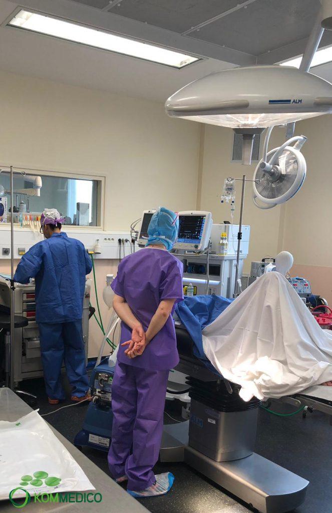 Kommedico Dr. Demhartner gemeinsam mit Dr. Océane Brunet bei OP in Paris 04-2019